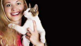 Gelukkig glimlachend meisje en haar leuke kat stock fotografie