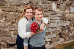 Gelukkig glimlachend paar dat pret heeft in openlucht Royalty-vrije Stock Afbeelding