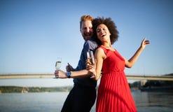 Gelukkig glimlachend paar in en liefde die dansen flirten stock foto