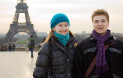 Gelukkig glimlachend paar in Parijs Royalty-vrije Stock Foto's