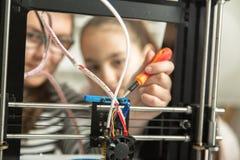 Gelukkig glimlachend weinig technicus in workshop Stock Foto's