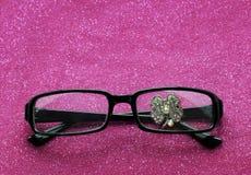 Gelukkig Glover Bergkristal achter de Glazen van het Oog Royalty-vrije Stock Fotografie