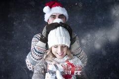 Gelukkig grappig paar die sneeuwachtergrond behandelen. Royalty-vrije Stock Fotografie