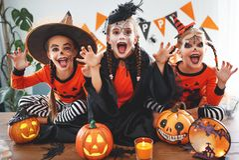 Gelukkig Halloween! een groep kinderen in kostuums en met pompoenen royalty-vrije stock fotografie