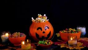 Gelukkig Halloween met diverse suikergoedlengte stock footage
