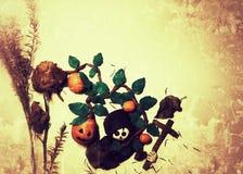 Gelukkig Halloween met klei vormende schedel, pompoenen, dwars en zwarte dekking met beschimmeld nam en droge bladeren toe stock afbeeldingen