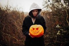 Gelukkig Halloween-Portret van zwarte moderne levensstijlheks in kap en zwarte laagmantel stock fotografie