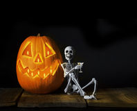 Gelukkig Halloween-Skelet die Martini drinken Stock Afbeeldingen