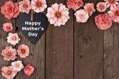 Gelukkig het bordhart van de Moedersdag met de grens van de bloemhoek op hout royalty-vrije stock fotografie