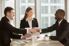 Gelukkig het glimlachen zwart-wit zakenliedenhandenschudden na teken royalty-vrije stock foto's