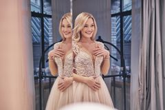 Gelukkig het voelen Weerspiegeling van het mooie jonge vrouw dragen wedd royalty-vrije stock afbeeldingen
