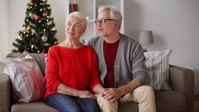Gelukkig hoger paar bij Kerstmishuis stock video