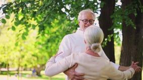 Gelukkig hoger paar die bij het park van de de zomerstad dansen stock video