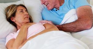 Gelukkig hoger paar die met elkaar op bed interactie aangaan stock videobeelden