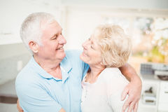 Gelukkig hoger paar die terwijl het bekijken elkaar glimlachen Royalty-vrije Stock Foto's