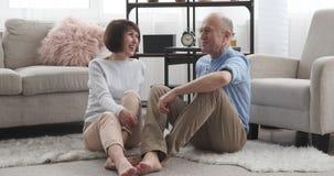 Gelukkig hoger paar die thuis bespreken stock footage