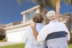 Gelukkig Hoger Paar die Voorzijde van Huis bekijken royalty-vrije stock afbeelding