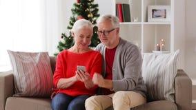 Gelukkig hoger paar met smartphones thuis stock video