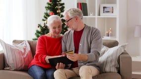 Gelukkig hoger paar met tabletpc bij Kerstmis stock footage