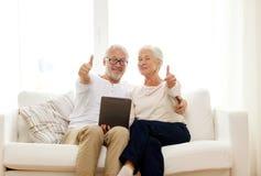 Gelukkig hoger paar met tabletpc thuis Royalty-vrije Stock Foto's
