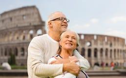 Gelukkig hoger paar over coliseum in Rome, Italië royalty-vrije stock afbeeldingen