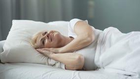 Gelukkig hoger wijfje die in bed liggen en over perfecte datum, seksuele gezondheid denken stock footage