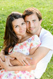Gelukkig houdend van jong paar in openlucht royalty-vrije stock afbeeldingen