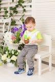 Gelukkig houdt weinig jong geitjejongen die zijn verjaardag vieren stuk van cake, binnen De partij van de verjaardag voor kindere Royalty-vrije Stock Fotografie