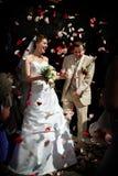 Gelukkig huwelijk met roze bloemblaadjes. Stock Foto