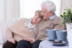 Gelukkig huwelijk op pensionering Stock Afbeeldingen