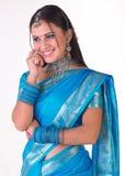 Gelukkig Indisch meisje in blauwe Sari royalty-vrije stock foto's