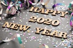 Gelukkig jaar 2020 - Brieven in hout Zwarte achtergrond royalty-vrije stock afbeeldingen
