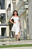 Gelukkig Jeugdig Aziatisch Person Wearing Summer Dress Walking stock fotografie