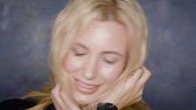 Gelukkig jong blonde bedrijfsvrouwenportret binnen stock video