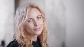 Gelukkig jong blonde bedrijfsvrouwenportret binnen stock footage