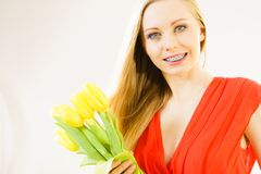 Gelukkig jong de tulpenboeket van de vrouwenholding Royalty-vrije Stock Fotografie