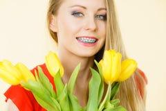 Gelukkig jong de tulpenboeket van de vrouwenholding Stock Afbeeldingen