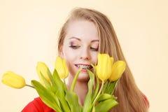 Gelukkig jong de tulpenboeket van de vrouwenholding Royalty-vrije Stock Afbeelding