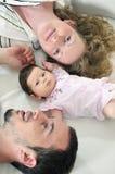 Gelukkig jong familieportret royalty-vrije stock afbeeldingen