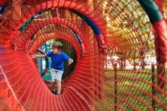 Gelukkig jong geitje bij het moderne park van het kabelavontuur Gelukkige kinderjaren De vakantieconcept van de zomer royalty-vrije stock foto's