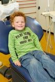 Gelukkig jong geitje bij tandarts stock afbeeldingen