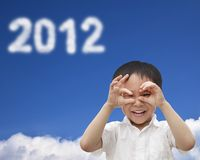 Gelukkig jong geitje dat op de wolk 2012 let Stock Fotografie