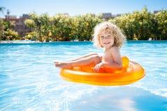 Gelukkig jong geitje dat in pool zwemt Stock Fotografie