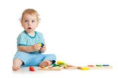 Gelukkig jong geitje het spelen speelgoed Stock Fotografie