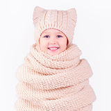 Gelukkig jong geitje, jongen omvat in volume gebreide sjaal en hoed stock afbeelding