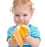 Gelukkig jong geitje of kind die banaan eten royalty-vrije stock foto