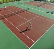 Gelukkig jong het tennisspel van het paarspel openlucht royalty-vrije stock fotografie