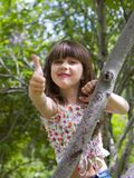Gelukkig jong meisje dat geluk uitdrukt stock fotografie