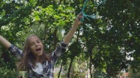 Gelukkig jong meisje die en zich met kleurrijke ballons in een park verheugen spinnen stock videobeelden
