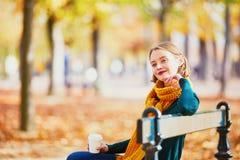 Gelukkig jong meisje die in gele sjaal in de herfstpark lopen royalty-vrije stock afbeelding